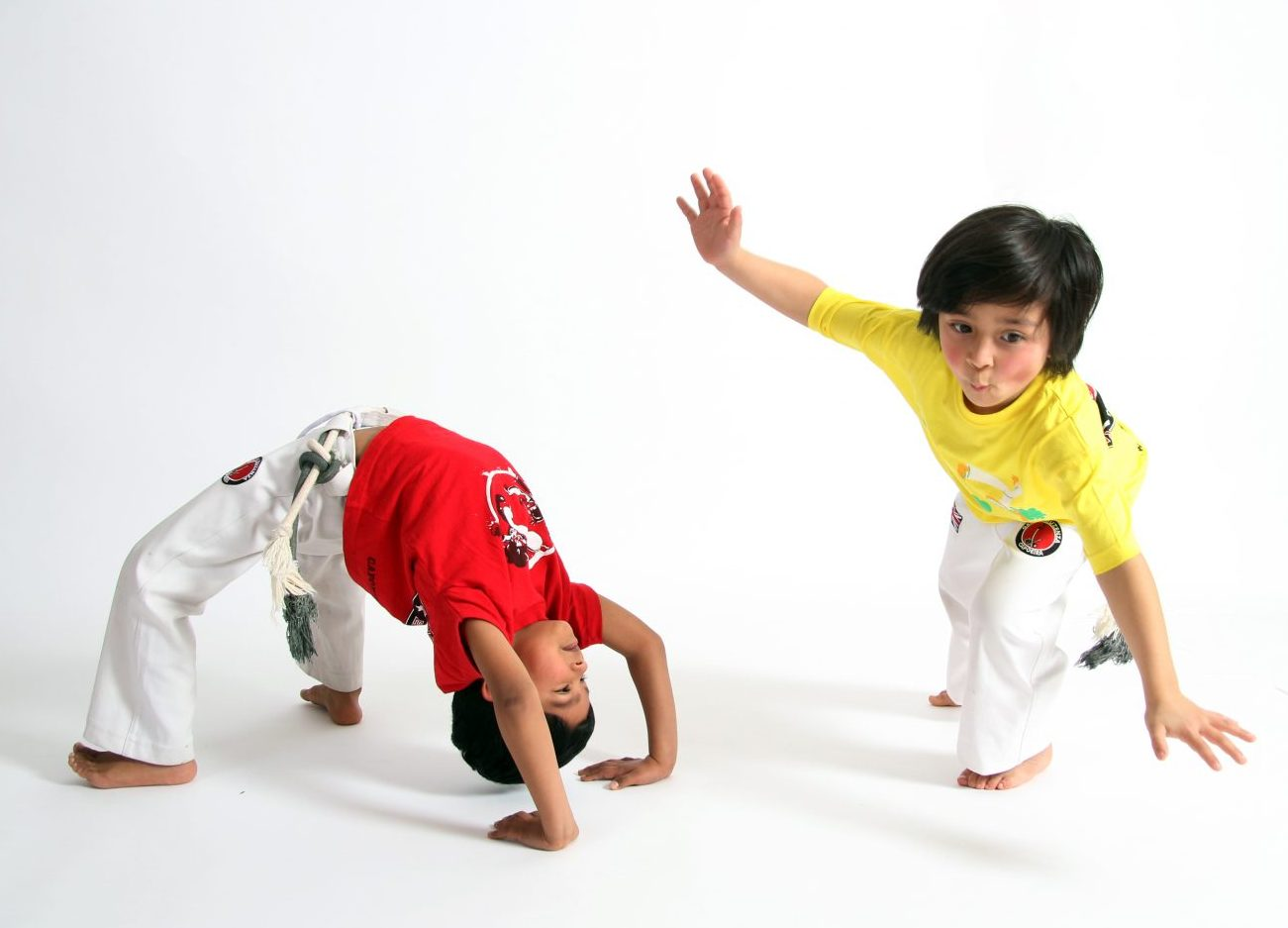 2 children practising capoeira